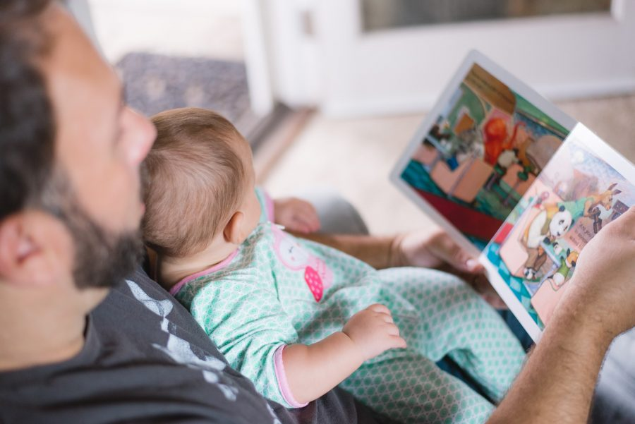 Lire des histoires favorise le développement du langage chez l'enfant